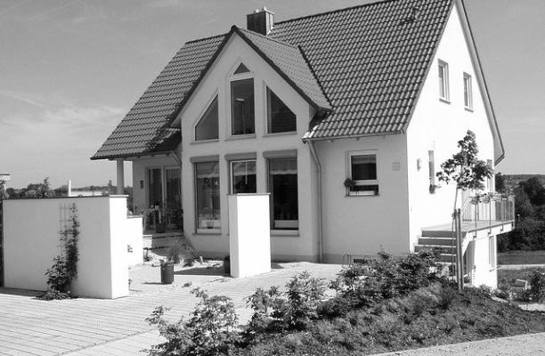 Auf dem Bild bist ein Einfamilienhaus zu sehen, dass symbolisch eine gute private Bauberatung durch Frank Lensen, Ihrem Experten für private Bauberatung, darstellt.